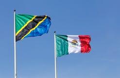 Tanzaniska och mexicanska flaggor Arkivbild