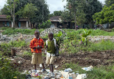 Tanzaniska pojkar i avskräde Arkivfoto