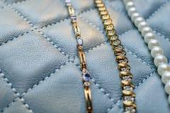 Tanzanite, diamant och pärlabakgrund royaltyfri foto