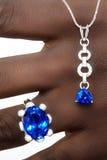 Tanzanite e progettista Jewellery dei diamanti sulla mano Fotografie Stock Libere da Diritti