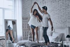 Tanzen auf das Bett stockfoto