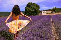 Tanzen auf dem Lavendelgebiet Stockfoto