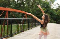 Tanzen auf die Brücke Stockfotografie