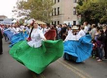 Tanzen auf die Straße stockbild