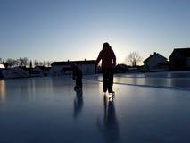 Tanzen auf Eis vor Nacht stockbilder
