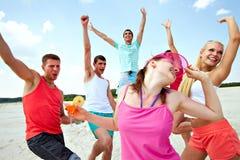 Tanzen auf Strand Lizenzfreies Stockfoto