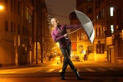 Tanzen in den Regen stockbild