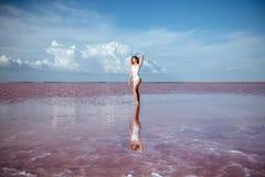 Tanzen der eleganten Frau auf Wasser stockbild