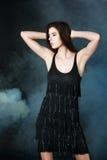 Tanzen der jungen Frau auf dem dunklen Rauch ackground Lizenzfreies Stockfoto