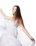 Tanzen der jungen Frau im herrlichen weißen Kleid Stockfotografie