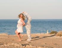 Tanzen der jungen Frau mit langem Schal Lizenzfreie Stockbilder