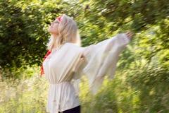 Tanzen der jungen Frau am Sommer Lizenzfreie Stockfotografie