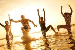 Tanzen der jungen Leute am Strand Lizenzfreie Stockfotos