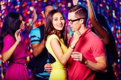 Tanzen an der Partei Stockfotos