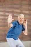Tanzen des alten Mannes in der Eignungsmitte Lizenzfreie Stockfotos