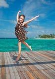 Tanzen des kleinen Mädchens auf dem hölzernen sundeck Lizenzfreie Stockfotos