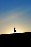 Tanzen des kleinen Mädchens auf Hügel Lizenzfreie Stockfotos