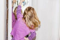 Tanzen des kleinen Mädchens und Stellung vor dem Spiegel Lizenzfreie Stockfotos