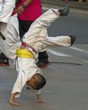 Tanzen in die Straße lizenzfreie stockbilder