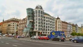 Tanzen-Haus in Prag im Sommer auf einem Hintergrund des blauen Himmels Stockfotografie