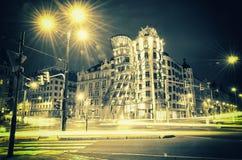 Tanzen-Haus in Prag nachts Stockbild