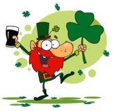 Tanzen-Kobold, der einen Shamrock und ein Bier anhält Lizenzfreie Stockbilder