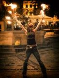 Tanzen mit einem Feuer Lizenzfreie Stockfotografie