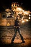 Tanzen mit einem Feuer Stockfotos