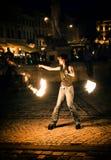 Tanzen mit einem Feuer Stockfoto