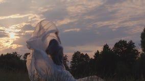 Tanzen mit Plastik in der Natur bei Sonnenuntergang stock footage
