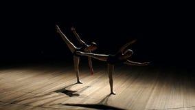 Tanzen mit zwei Ballerinen auf Stadium in der Dunkelheit, langsam stock video