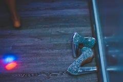 Tanzen ohne Schuhe an einem Hochzeitsfest Lizenzfreie Stockbilder