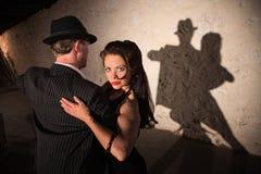 Tanzen-Paare in einer liebevollen Umarmung Lizenzfreie Stockfotos