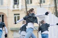 Tanzen Sie auf Stadium während der Papierstreifenaufnahme des olympischen Feuers Stockbilder