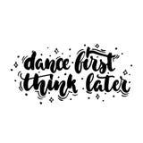 Tanzen Sie denken zuerst später - das Hand gezeichnete tanzende Beschriftungszitat, das auf dem weißen Hintergrund lokalisiert wi Lizenzfreies Stockbild