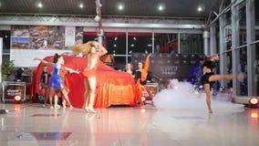 Tanzen Sie Gruppe, Sport, den Mädchen in schöne Kleider Zeigung in der Kfz-Werkstatt machen stock footage