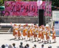Tanzen Sie rosafarbene Blumenblätter der Pflücker am Festival in Karlovo, Bulgarien Stockfotografie
