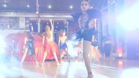 Tanzen Sie Show, Firma von schönen Mädchen in den glänzenden Kostümen, die an der Abendfestlichkeit tanzen stock video footage