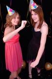 Tanzen-Teenager in den Partyhüten Stockbilder