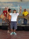 Tanzen zur kolumbianischen Musik stockfotos