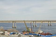 Tanzenbrücke über der Wolga in Wolgograd Stockbilder