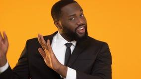 Tanzende afroe-amerikanisch Mannvertretung wähle ich Sie Zeichen, Personalmanagement stock video footage