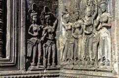 Tanzende apsara Frau, die auf Wand in Angkor Wat schnitzt stockbild