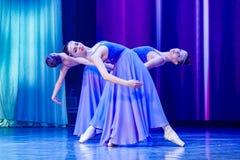 Tanzende Ballerinamädchen in der purpurroten Kleidung stockfoto