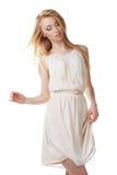 Tanzende blonde Frau mit dem langen Haar auf Weiß stockfoto