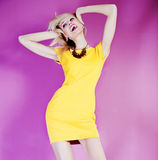 Tanzende blonde glückliche Schönheit. Stockfotografie