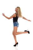 Tanzende Blondine in den hohen Absätzen Stockbild