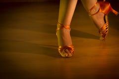Tanzende Füße der lateinischen Frau Lizenzfreie Stockfotografie