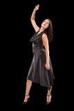 Tanzende Frau auf dem schwarzen Hintergrund stockfoto
