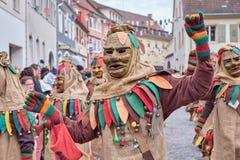 Tanzende Karnevalszahl mit dem Kostüm hergestellt vom Sackstoff stockfoto